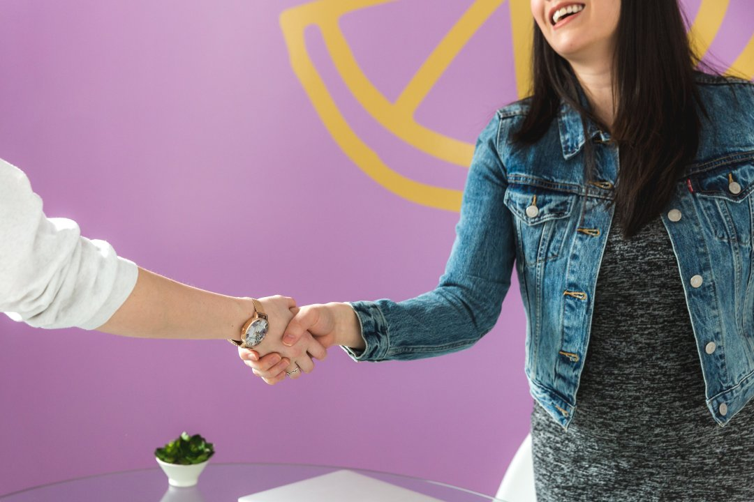 business-woman-shakes-hand
